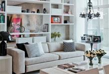 储物架巧做沙发墙 收纳装饰皆宜